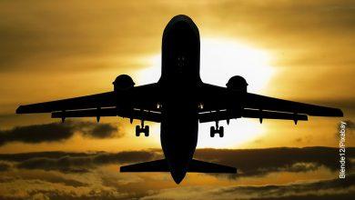 Foto de una aeronave despegando que ilustra lo que es soñar con un avión