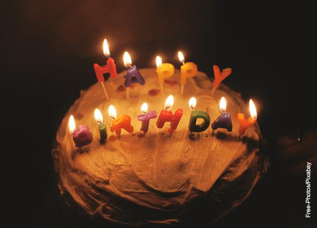 Foto de una torta con velas de cumpleanos que ilustra lo que es soñar con fiesta
