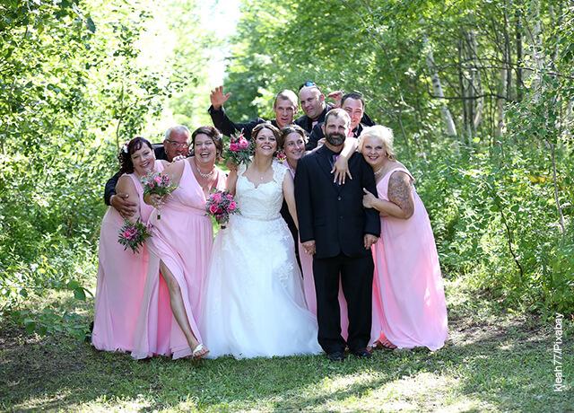 Foto de personas posando en una foto con novios