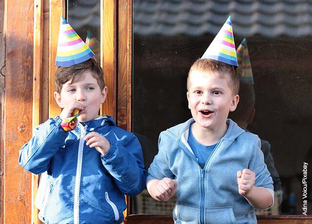 Foto de dos niños jugando en una fiesta de cumpleaños