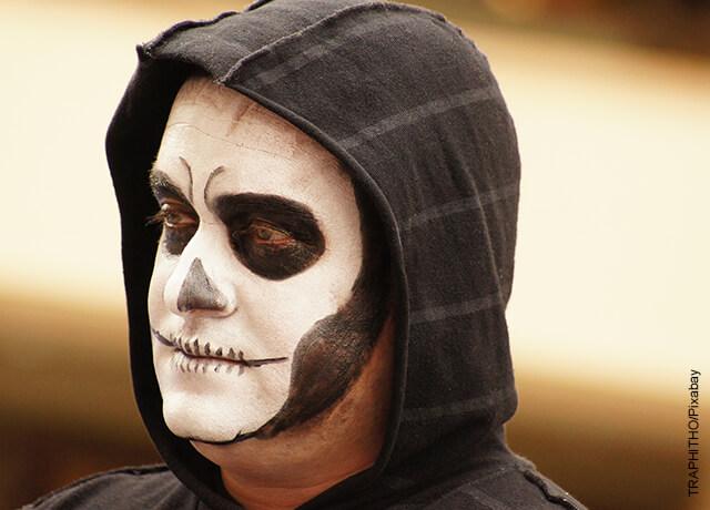 Foto de un hombre disfrazado de la muerte