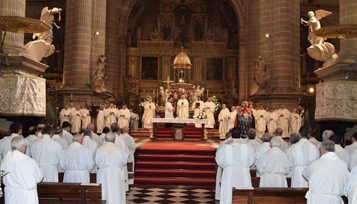 Foto de una iglesia con muchas personas para ilustrar soñar con iglesia