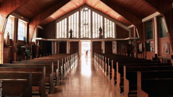 Foto de una persona entrando a una iglesia