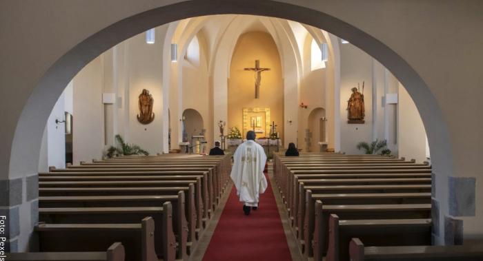 Foto de un sacerdote en una iglesia