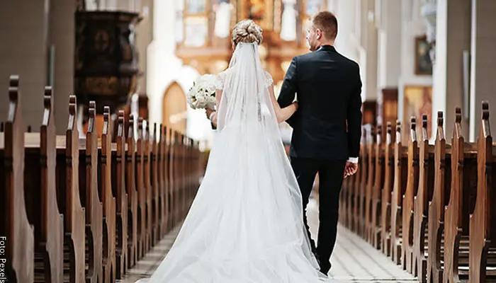 Foto de una pareja entrando para casarse a una catedral