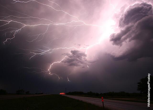 Foto de una tormenta eléctrica en el campo que muestra qué significa soñar con lluvia