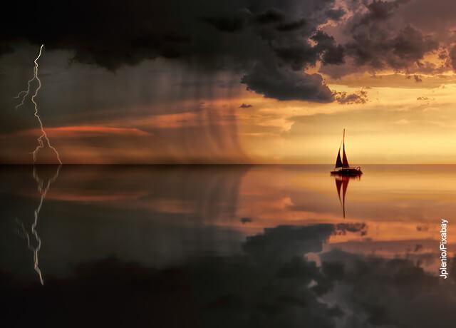 Foto de un barco en un río que ilustra qué significa soñar con lluvia