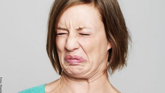 Foto de una mujer haciendo cara de asco