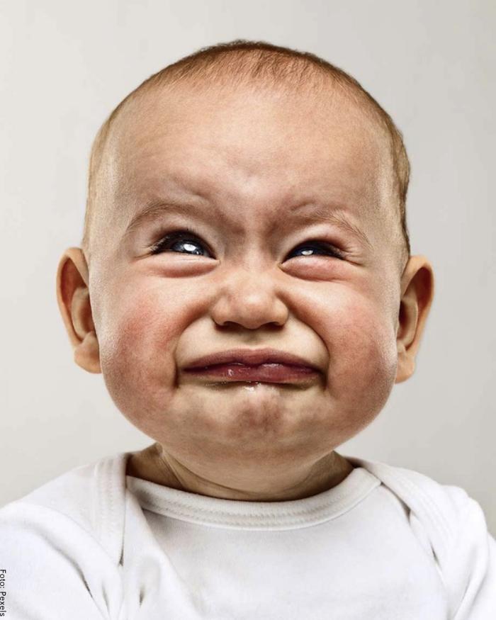 Foto de un bebé haciendo cara de asco
