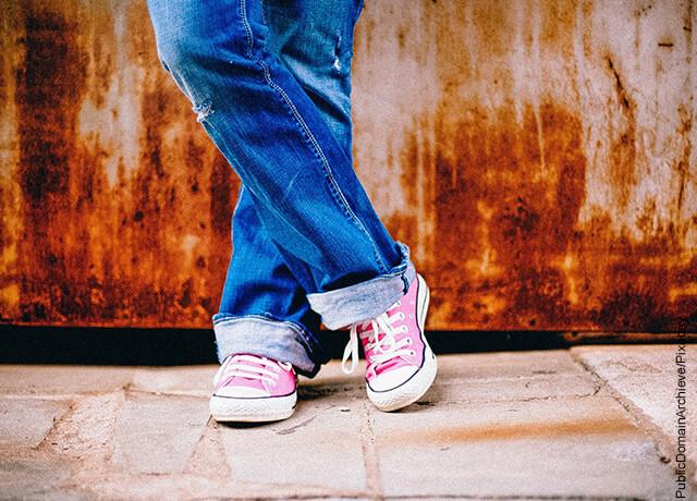 Foto de las piernas de una mujer que ilustra lo que es soñar con zapatos
