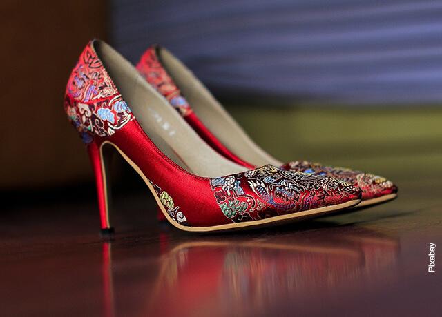 Foto de unos tacones rojos de mujer que ilustra lo que es soñar con zapatos