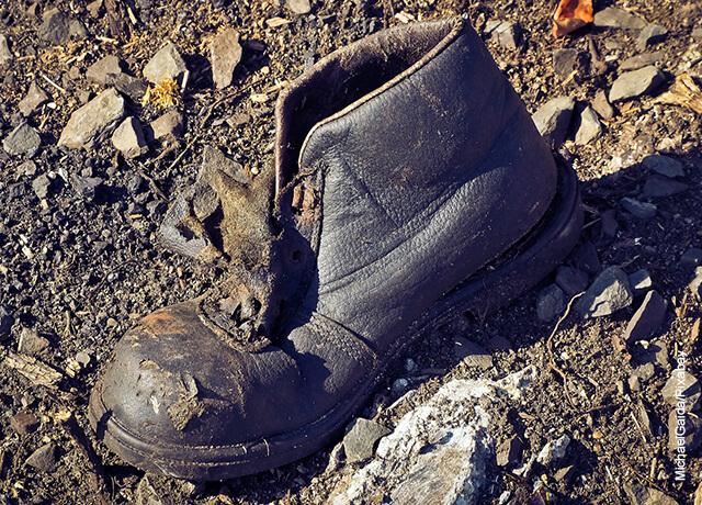 Foto de unos zapatos negros de hombre rotos