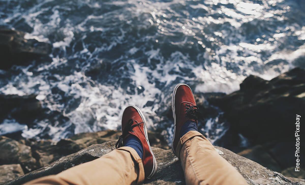 Foto de las piernas de un hombre suspendidas en el aire