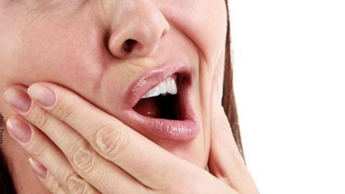 Foto de la boca de una mujer con dolor de muela