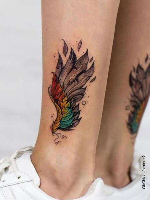 Foto de tatuaje en las piernas de una mujer que ilustra los tatuajes de alas de ángel
