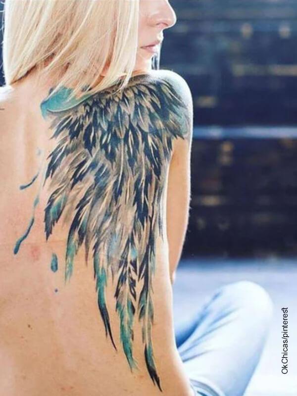 Foto de tatuaje en toda la espalda de una mujer