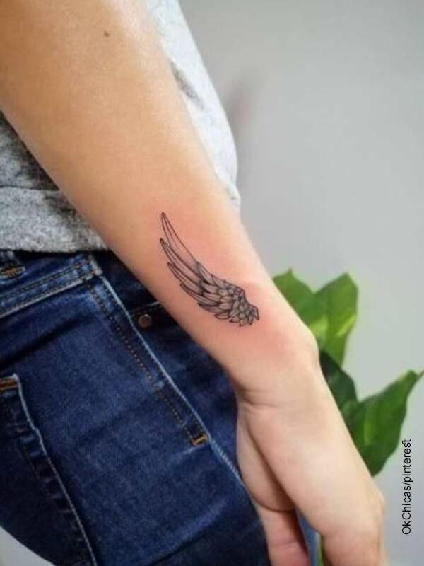 Foto del tatuaje de alas en la muñeca de una mujer
