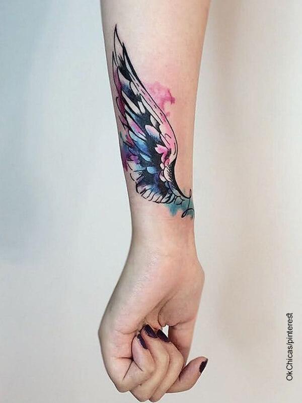 Foto de un tatuaje a color en la mano de una mujer