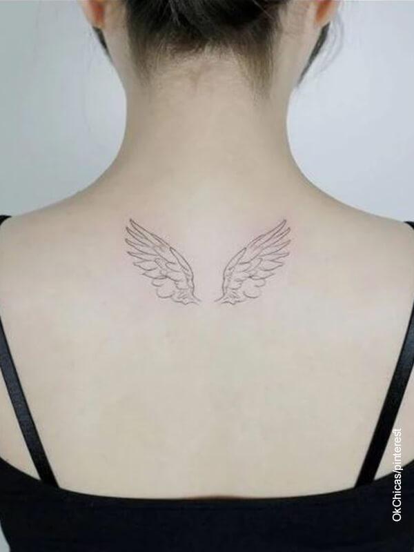 Foto de tatuajes de unas alas de ángel en la espalda de una mujer