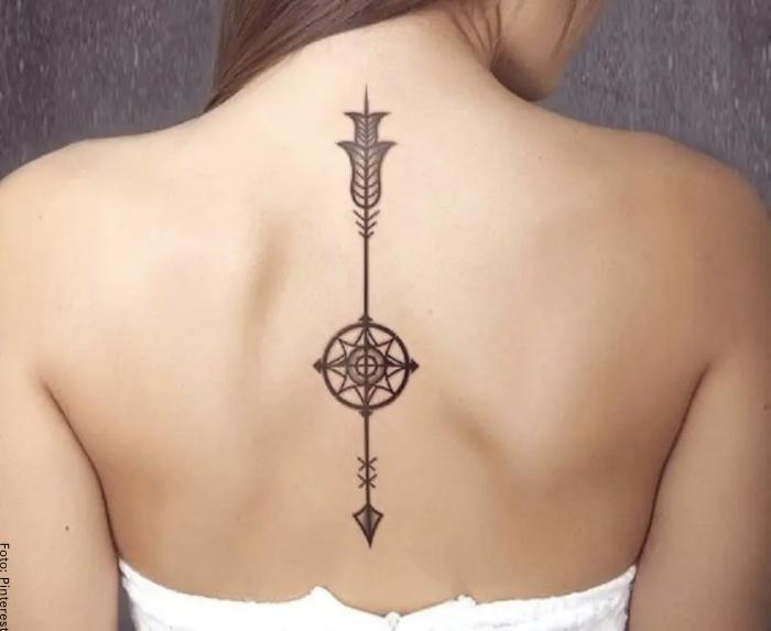 Foto de un tatuaje de una sola flecha