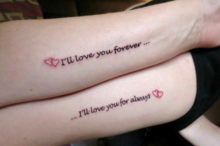 Foto de un tatuaje con una frase