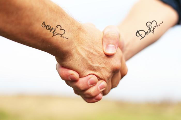 Foto de un tatuaje de corazón con la palabra papá e hijo