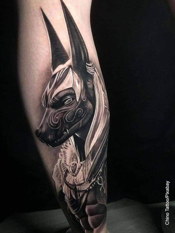 Foto de un tatuaje de un perro en el pie de un hombre