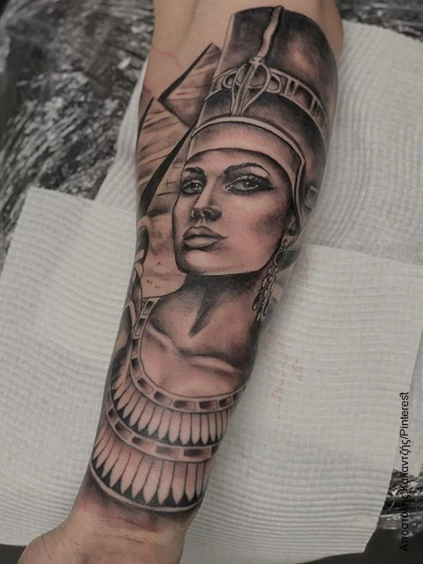 Foto de un tatuaje de Nefertiti en el brazo de una mujer