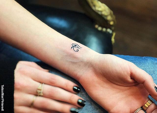 Foto de un tatuaje pequeño en la mano de una mujer que ilustra los tatuajes egipcios