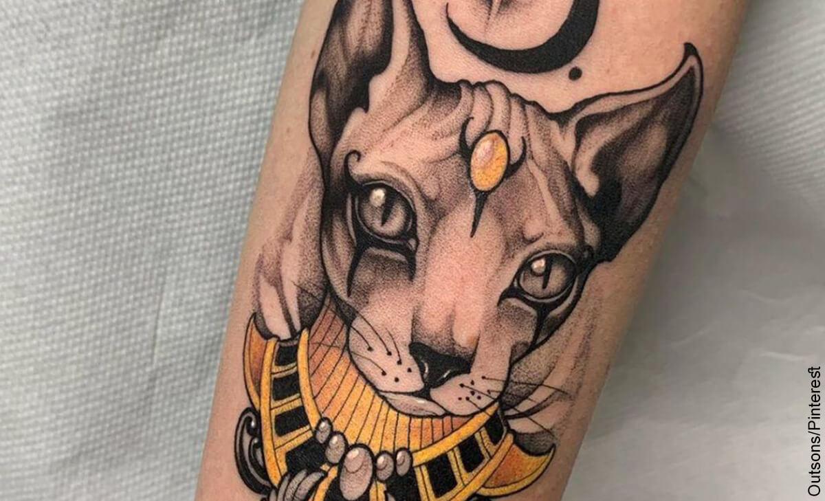 Foto de un tatuaje egipcio en forma de gato