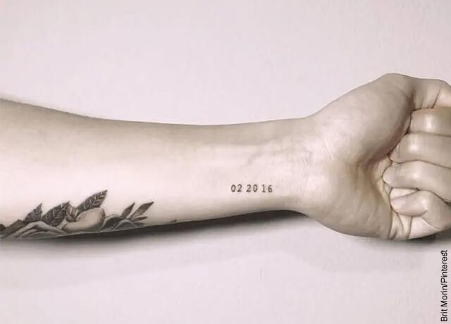 Foto de una mujer enseñando un tatuaje en su brazo