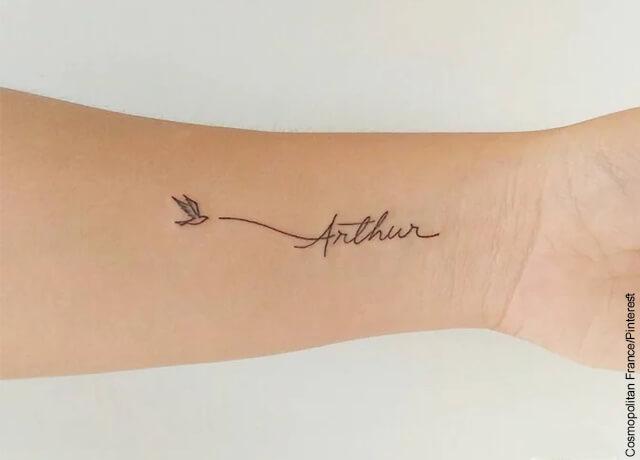 Foto de una persona mostrando un tatuaje con un nombre en la muñeca