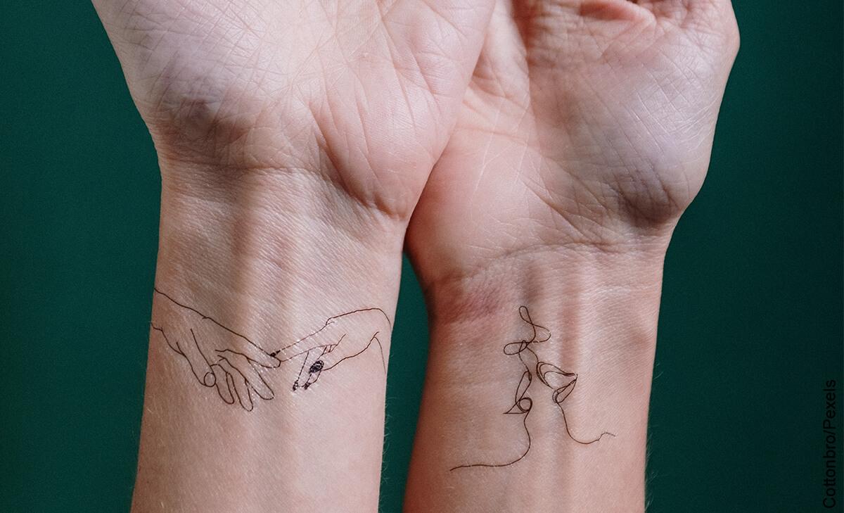 Foto de dos personas mostrando las manos que ilustra los tatuajes en la muñeca