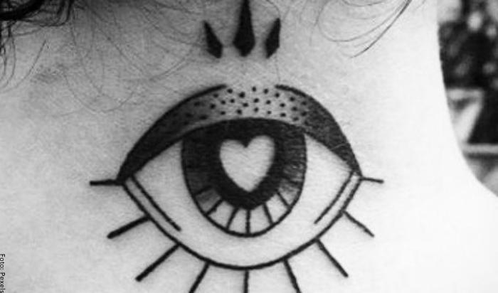 Foto del tatuaje de un ojo en la nuca