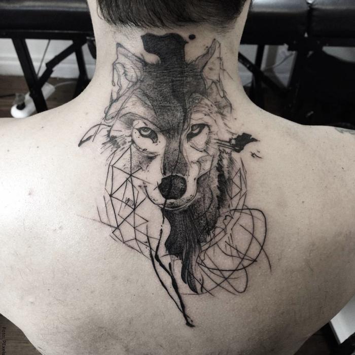 Foto del tatuaje de un lobo en la nuca