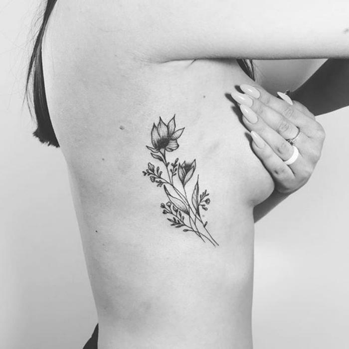 Foto de un tatuaje de flores en las costillas
