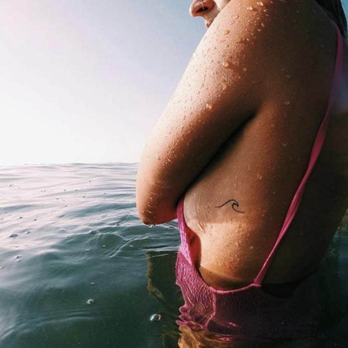 Foto de tatuaje de una pequeña ola