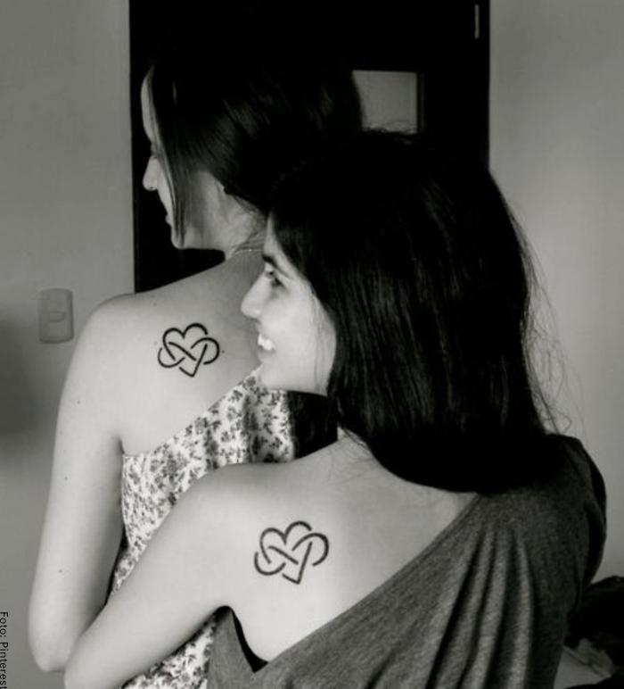 Foto de tatuaje de corazón con símbolo infinito