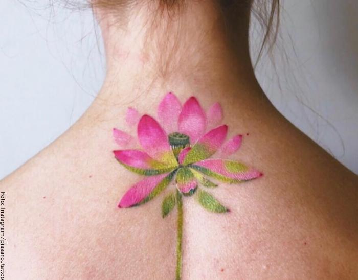 Foto de un tatuaje de una flor en la espalda