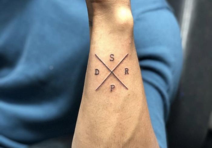 Foto del tatuaje de unas iniciales