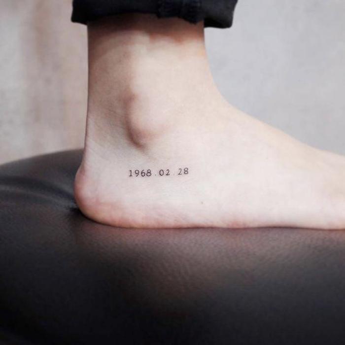 Foto de una fecha tatuada en el pie
