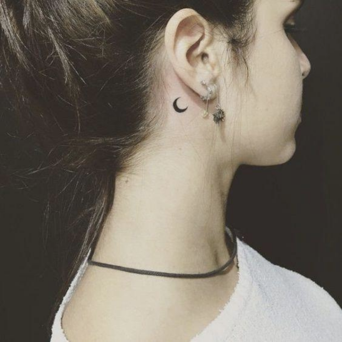 Foto de tatuaje de una media luna detrás de la oreja