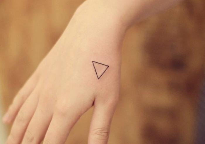 Foto del tatuaje de un triángulo en la mano