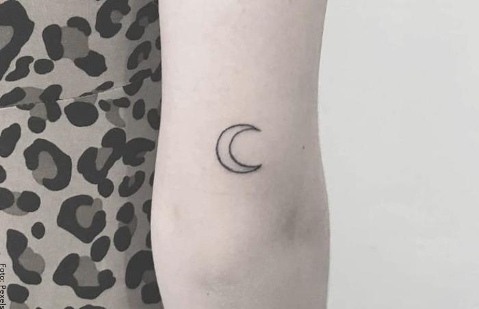 Foto de un tatuaje de la luna en el codo