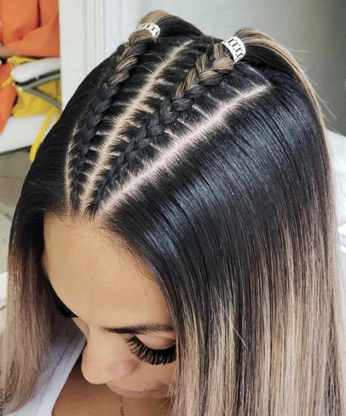 Foto de una mujer con trenza pegada y cabello suelto