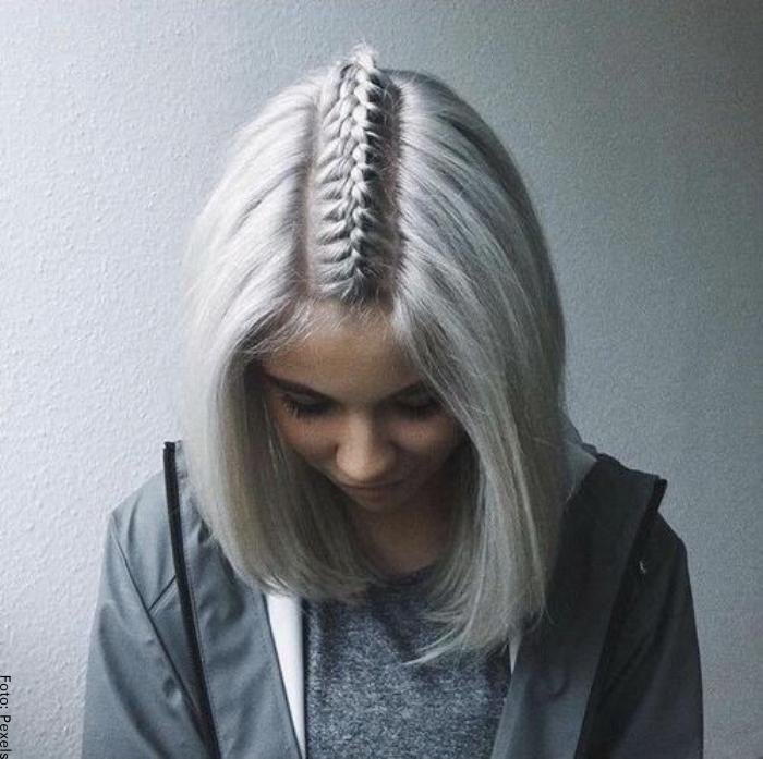 Foto de una joven con trenza pegada en cabello corto