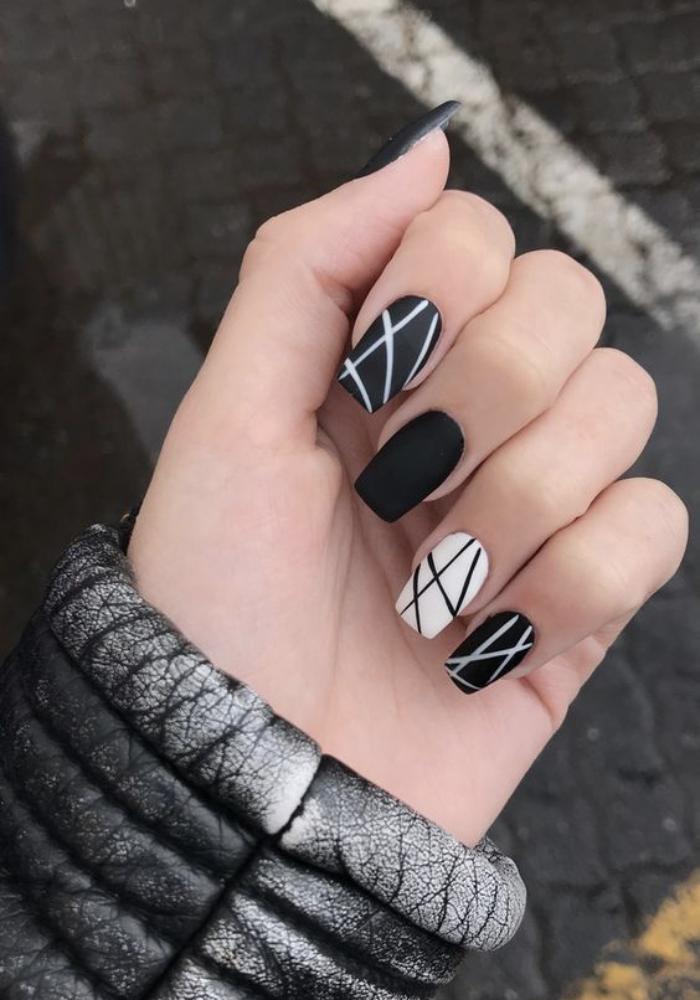 Foto de diseño de uñas con líneas