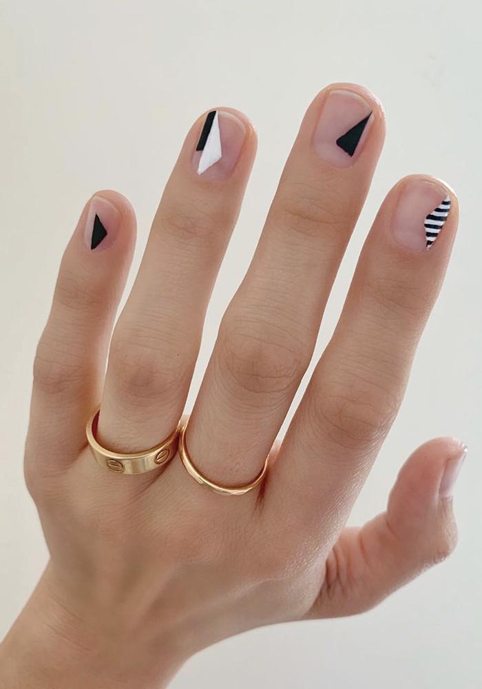 Foto de diseño de uñas con figuras geométricas