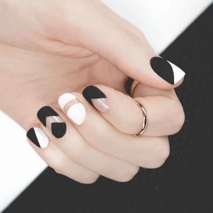 Foto de uñas blanco y negro en mate
