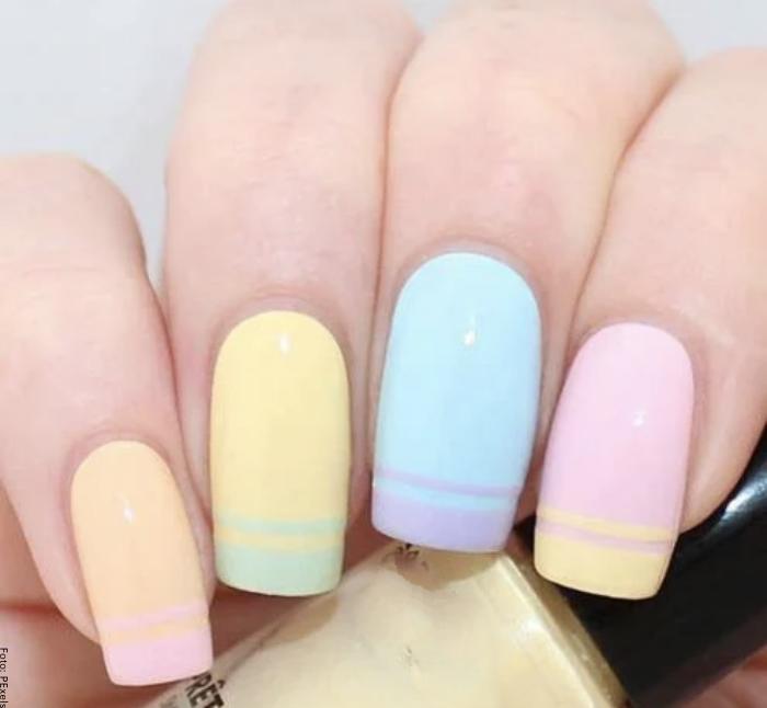 Foto de unas uñas con estilo francés en tonos pastel